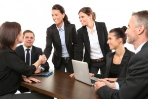 bureau ordinateur travail costume groupe réunion Bureau Entreprise chef Hommes équipe femmes portefeuille poignée de main salutation employés dirigeant d'entreprise Homme d'affaires