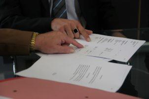 bureau l'écriture main réunion signe Bureau chef arrangement marque décision Contrat conception calligraphie document convention secrétaire Signature accord compréhension conclusion bail consultation