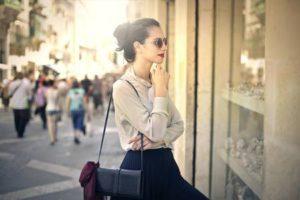 Femme élégante regardant la vitrine d'un magasin Banque d'images - 44205747