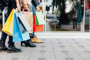 Les adolescents avec des sacs colorés Banque d'images - 52017857