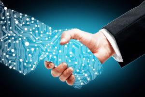 Homme d'affaires secouant les partenaires numériques main sur fond bleu